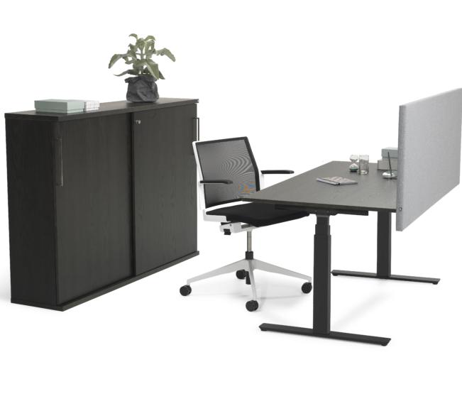 VX_10 svart ask ostylad med stol och skarm_arb_FIX