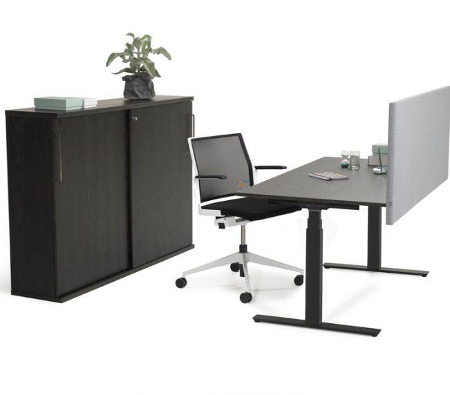 VX_10 svart ask ostylad med stol och skarm